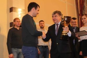 Вручение Кубка капитану ФК Губкин Александру Марченко
